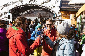 """Ausgelassen feiern lässt es sich beim """"Ski & Concert"""" in der Steffisalp."""
