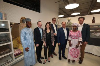Chinedu Okolo, die GF Christoph Erne und Nicole Bösch, Vorstandschef Roland Comploj, Wolfgang Kunze (Business Unit Afrika), Osaiyekemwen Osagie und Markus Comploj.