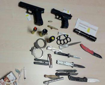 <p>Linz. Erschreckend: Am Landesgericht sichergestellte Gegenstände, darunter Faustfeuerwaffen und Messer.</p>