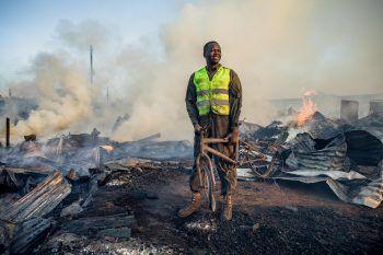 <p>Nairobi. Verheerend: Ein Einwohner sucht nach dem schrecklichen Brand in einem Slum nach brauchbaren Gegenständen.</p>