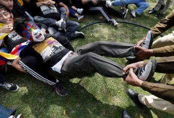 <p>Neu-Delhi. Ausdauernd: Tibeter protestieren anlässlich des 60-jährigen Widerstands gegen China außerhalb der chinesischen Botschaft.</p>