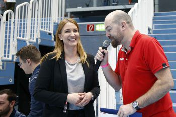 "<p class=""caption"">Stadion Sprecher Reini begrüßte Evelyn Dorn.</p>"