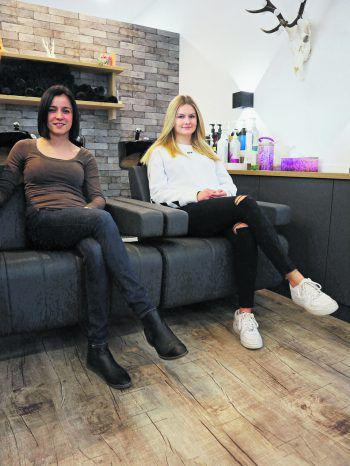 Stefanie und Lea sind gleich doppelt glücklich: Über den neuen Haarschnitt und über das Gefühl, etwas Gutes getan zu haben.Foto: W&W/Förtsch
