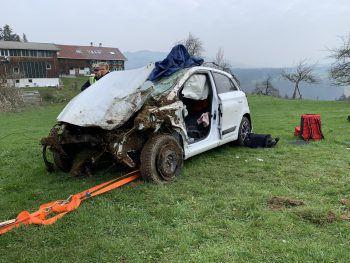 Am Fahrzeug entstand Totalschaden, der Lenker musste geborgen werden. Foto: VOL.AT/Pletsch