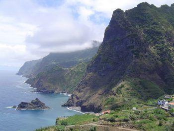 Atemberaubende Steilküsten und schroffe Küstenlinien erwartet die Reisenden.