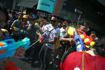 <p>Bangkok. Nass: Während dem Songkran-Water-Festival versammeln sich Menschen auf den Straßen und feiern mit Wasserpistolen das thailändische Neujahrsfest.</p>