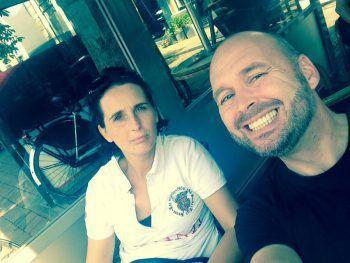 "<p class=""caption"">Carolin mit ihrem Bruder Mario in Amsterdam.</p>"