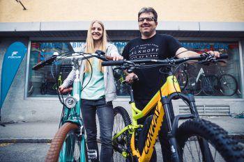 """Das """"Excelsior Vintage E-Modell"""" ist perfekt für die City, das """"Conway""""-Mountainbike bringt alle Abenteurer auf den Berg.Fotos: Sams"""