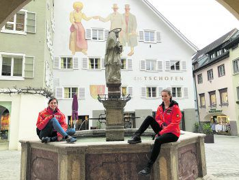 """<p class=""""title"""">               Das Stadtzentrum mit dem neuen Hotel """"das Tschofen""""             </p><p>""""Besonders schön ist auch das Bludenzer Stadtzentrum mit dem Nepomukbrunnen – ein wunderbarer Platz, um sich bei schönem Wetter mit Freunden zu treffen. Hier findet man eine Vielfalt an Gastronomie – perfekt für einen Stadtbummel mit anschließendem Kaffeeklatsch!"""", so Chiara (links im Bild). Außerdem startet hier auch der jährliche Muttersberglauf, der sich großer Beliebtheit erfreut.</p>"""