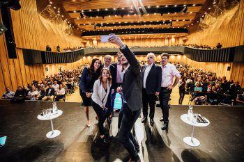 """<p class=""""caption"""">Ein Selfie mit den Kandidaten.</p>"""