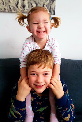 """<p class=""""caption"""">Felix (7) und Paula (2) sind ein Herz und eine Seele.</p><p class=""""caption"""" />"""