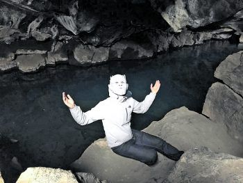 """Harald """"Nightküng"""" in der Liebesgrotte von Jon Snow und Ygritte in Island."""