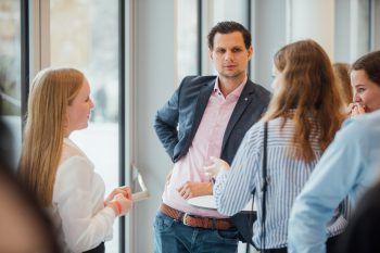 """<p class=""""caption"""">In der Talk-Zone hatten die Schüler die Möglichkeit, mit den Politikern direkt zu sprechen.</p>"""