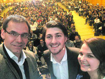 """<p class=""""caption"""">Landeshauptmann Markus Wallner ließ es sich nicht nehmen, ein Selfie mit dem Moderatorenduo Sebastian Ratz und Caroline Bartos zu machen.</p>"""