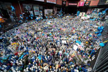 <p>Los Angeles. Tribut zollend: In Gedenken an den erschossenen Rapper Nipsey Hussle legten tausende Fans Kerzen und Erinnerungsstücke nieder. </p>