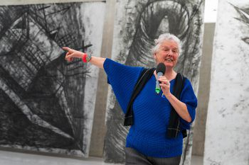 Miriam Cahn präsentiert stolz ihre Kunstwerke. Fotos: Stiplovsek, Wanders