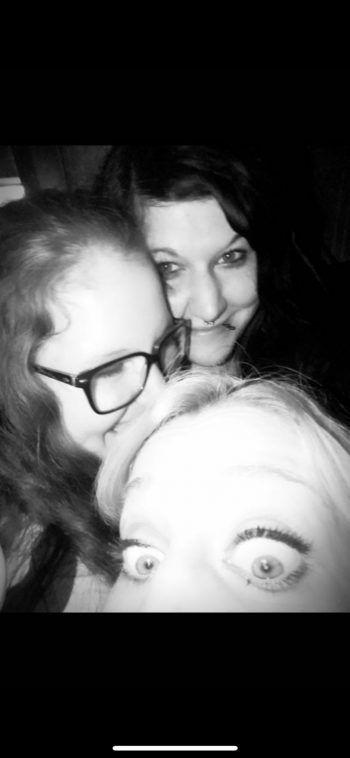 """<p class=""""caption"""">Nicole (35) mit ihren Schwestern Franziska und Andrea.</p><p class=""""caption"""" />"""