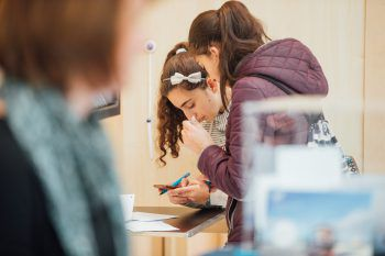 "<p class=""caption"">Schülerinnen in der Wahlkabine.</p>"