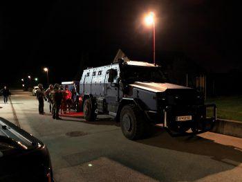 Schweres Gerät: Auch ein gepanzertes Fahrzeug kam bei dem Vorfall zum Einsatz. Fotos: VOL.AT/Pletsch