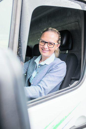 Sitzt gern am Steuer: Rosi Lerchenmüller von Bischofberger Transporte.Fotos: Sams