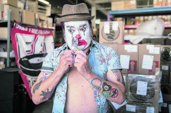 """<p class=""""caption"""">""""Fat Mike"""" schlüpft in die Rolle von """"Cokie the Clown"""".Fotos: Alan Snodgrass</p>"""
