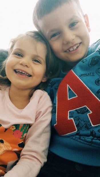 """<p class=""""caption"""">Jovan (8) mit seiner Schwester Jana (3).</p>"""