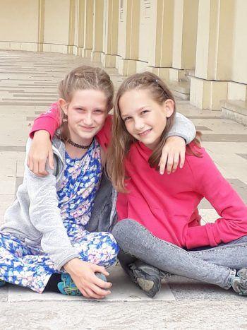 """<p class=""""caption"""">Julia und Marlene.</p>"""