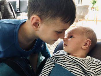"""<p class=""""caption"""">Lukas (7) und sein Brüderchen Matheo (1).</p>"""