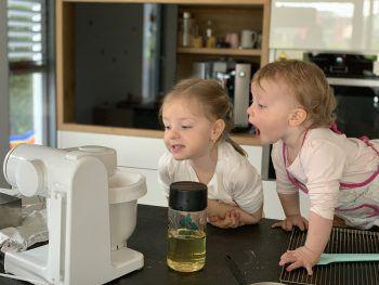 """<p class=""""caption"""">Marie (4) und Sofie (1) beim Kuchen backen!</p>"""