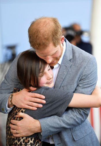 <p>Oxford. Herzlich: Prinz Harry zeigt sich bei einem Besuch im Kinderkrankenhaus von Oxford besonders volksnah und umarmt eine Patientin.</p>