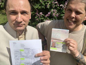 Rechtsanwalt Helmut Graupner und Alex Jürgen mit Reisepass und Geburtsurkunde. Foto: APA/Helmut Graupner