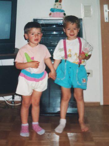"""<p class=""""caption"""">Stefan (damals 4) und Mario (damals 5) im Jahre 1995 – Bruderliebe seit 28 Jahren.</p>"""