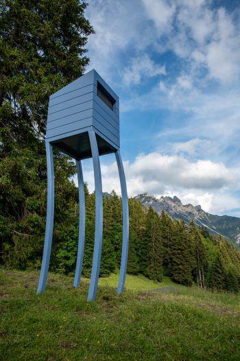 """<p class=""""title"""">               Alpine Art Muttersberg             </p><p>Am Muttersberg bei Bludenz laden sechs Kunstinstallationen zum Innehalten beim Wandern ein. Sie erheben sich mal opulent und von weitem sichtbar in die Höhe, mal sind sie auffällig am Wegrand platziert oder ganz unscheinbar in die Strukturen der Natur eingebettet. Für alle, die tiefer eintauchen möchten, werden wöchentliche Führungen angeboten.</p>"""