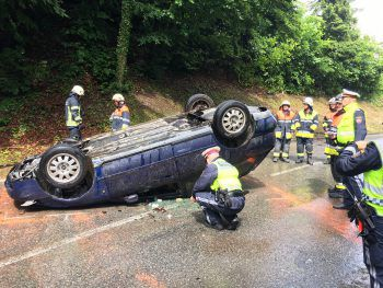 Am Pfingstmontag überschlug sich ein Fahrer in Bregenz Fluh mit seinem Pkw und blieb auf dem Dach liegen. Lenker und Beifahrer wurden leicht verletzt.Foto: VOL.AT/Vlach