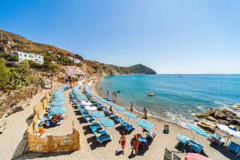 Am Strand von Ischia lässt es sich sehr gut entspannen.Fotos: handout/Beate & Werner