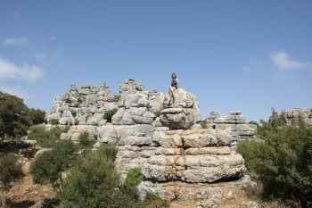 "<p class=""caption"">Carla beim Wandern in Paraje Natural Torcal de Antequera (Spanien).</p>"