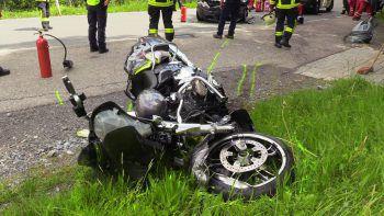 Das Motorrad ist nach dem Crashvöllig zerstört. Foto: Maurice Shorout
