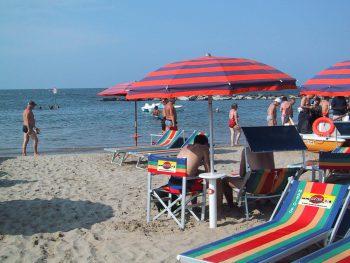 """<p class=""""caption"""">Sonne, Strand, Liegestuhl und Spaß für Jung und Alt – das sind die Schlagworte für den Familienurlaub an der Adria. Fotos: Weiss Reisen, Shutterstock</p>"""