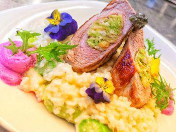 """<p class=""""caption"""">Ein Tipp aus dem Seerestaurant Glashaus am Rohrspitz: """"Schweinefilet mit Bärlauchfüllung auf Spargelrisotto, garniert mit Rote-Beete-Espuma und frischem Rucola aus eigenem Garten.""""</p>"""