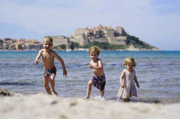 """<p class=""""caption"""">Für die Kinder ist das Baden und Spielen im Wasser ein Paradies.</p>"""