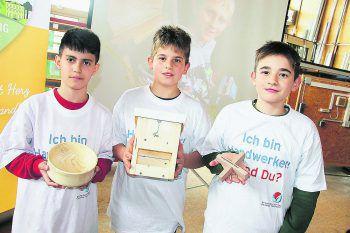 Hassan, Süleyman und Ersin präsentieren ihre Werkstücke.
