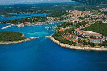 """<p class=""""title"""">               Kroatien             </p><p>Istrien, die nördlichste Region Kroatiens, ist einer der Hotspots an der Adria. Es gibt cool gestylte Bars, Restaurants in jahrtausendealten Mauern, verträumte Gassen und wertvolle kulturhistorische Denkmäler. An der Küste warten viele Buchten und Strände, das Hinterland ist abwechslungsreich und vielfältig. Für Kinder werden Attraktionen und Parks geboten, zum Beispiel der riesige Wasserpark Istralandia.</p><p /><p>Last-Minute-Preisbeispiele: Eine Woche inklusive Flug, Flughafenparkplatz und Halbpension. Hotel Belvedere****: 6. Juli, ab 1214 Euro pro Person, Kind ab 325 Euro. Island-Hotel Istra****: 10., 17., oder 24. August ab 1398 Euro pro Person, Kind ab 299 Euro. Hotel Maestral****: 10. oder 17. August ab 1069 Euro pro Person, Kind ab 691 Euro</p>"""