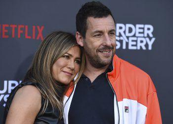 """<p>Los Angeles. Sympathisch: Die beiden Superstars Jennifer Aniston und Adam Sandler haben bei der """"Mystery Murder""""-Premiere ihren Spaß.</p>"""