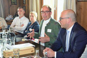 LR Johannes Rauch informierte mit Vertretern der Schweizer und Liechtensteiner Regionen zu den Ergebnissen der Machbarkeitsstudien.Foto: VLK