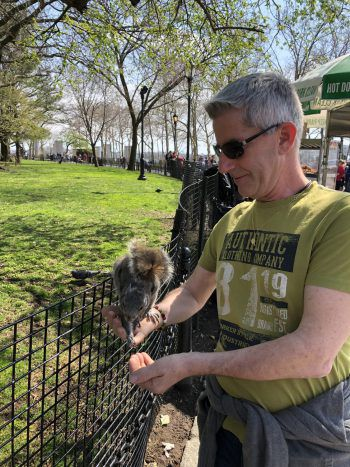 """<p class=""""caption"""">Martin im Urlaub bei der Eichhörnchenfütterung im Battery Park in New York.</p>"""