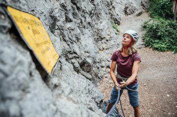 Richtiges SichernGerade für Kletteranfänger ist das richtige Handling der Sicherungsgeräte wichtiger als das Klettern selbst. Hat man die Techniken erlernt, heißt es schließlich: Dran bleiben, damit auch alle Handgriffe wirklich sitzen.