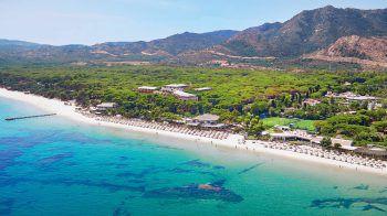 """<p class=""""title"""">Sardinien</p><p>Warum in die Karibik fliegen? Sardiniens Traumstrände sind noch viel schöner und nach nur eineinhalb Flugstunden ist man da. Kleine Hotels mit viel Flair, persönlicher Service und das gute Essen sorgen dafür, dass man sich wohlfühlt. Weit weg von Massentourismus und abseits jeglicher Hektik hat sich Sardinien seine Natürlichkeit und Liebenswürdigkeit bewahrt.</p><p /><p>Last-Minute-Preisbeispiele: Eine Woche inklusive Flug, Flughafenparkplatz und Halbpension. Hotel Flamingo****: 6., 13. oder 27. Juli ab 1111 Euro pro Person, Kind ab 299 Euro. Chia Laguna – Hotel Village****: 6. Juli, ab 1553 Euro pro Person, Kind ab 299 Euro. Forte Village - Bougainville****+: 6. oder 13. Juli ab 2252 Euro pro Person, Kind ab 299 Euro</p><p />"""