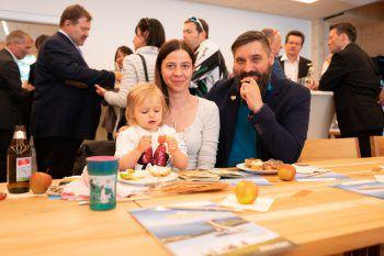 """<p class=""""caption"""">Theresa und Uwe Marent mit ihrer Tochter.</p><p class=""""caption"""" />"""