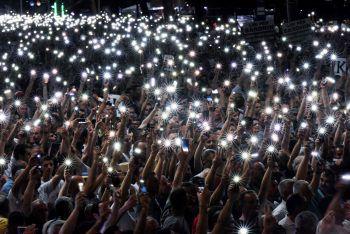 <p>Tirana. Leuchtend: Anhänger des albanischen Oppositionsführers Lulzim Basha halten während eines Protests ihreleuchtenden Mobildtelefone in die Luft.</p>