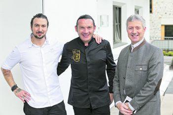V.li.n.re.: Küchenchef Thomas Carvalho, Gustav Jantscher und Roman EberhardtHoteldirektor. Foto: handout / Löwen Hotel Montafon